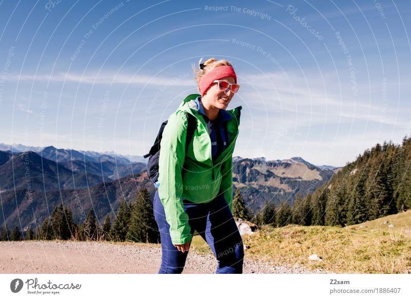 Lustiger Aufstieg Natur Jugendliche Junge Frau grün Landschaft Erholung Freude Wald 18-30 Jahre Berge u. Gebirge Erwachsene Herbst Lifestyle Bewegung Sport