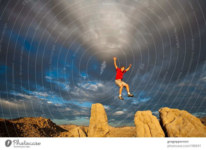 Mensch Mann Erwachsene Freiheit springen Berge u. Gebirge Felsen fliegen hoch wandern gefährlich Abenteuer Gipfel Schuhe Klettern Umwelt