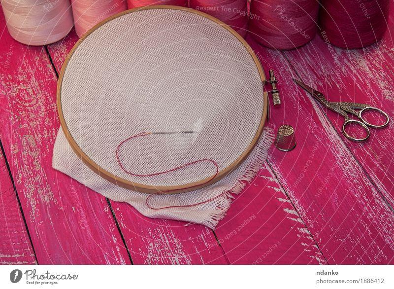 Rote und rosa Fäden zum Nähen und Sticken Design Freizeit & Hobby Arbeit & Erwerbstätigkeit Arbeitsplatz Handwerk Werkzeug Schere Platz Stoff Holz rot weiß