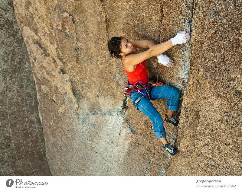 Weibliche Klettererin. Abenteuer Expedition Klettern Bergsteigen Seil Junge Frau Jugendliche 1 Mensch 18-30 Jahre Erwachsene sportlich hoch Erfolg Kraft