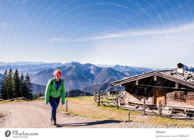 Ist es noch weit? Frau Natur Jugendliche grün Landschaft 18-30 Jahre Berge u. Gebirge Erwachsene Umwelt Herbst Wege & Pfade natürlich Bewegung Sport Glück gehen