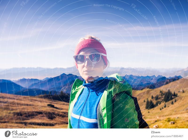 Doppel hält besser Himmel Natur Jugendliche grün Junge Frau Landschaft 18-30 Jahre Berge u. Gebirge Erwachsene Herbst Sport Glück Freizeit & Hobby träumen
