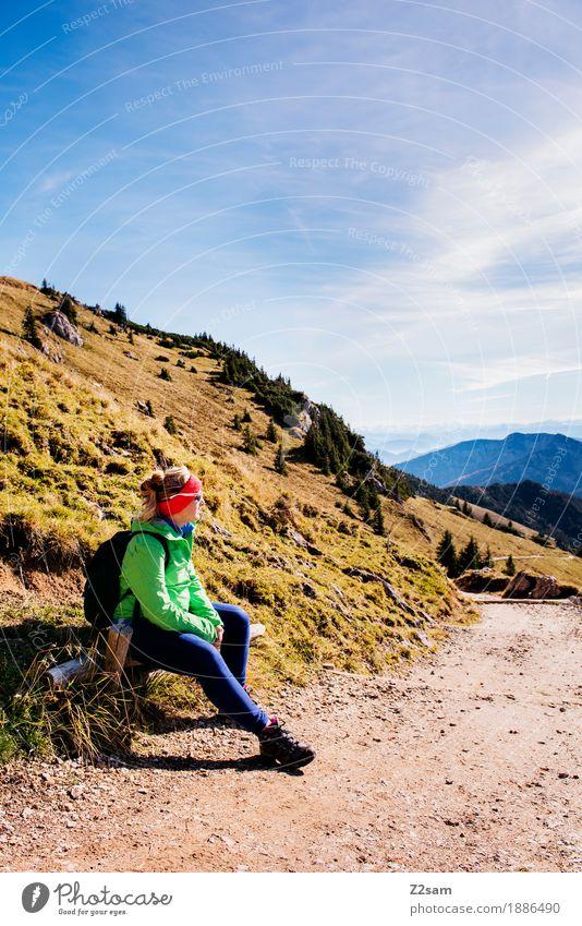erstmal Pause Natur Ferien & Urlaub & Reisen Jugendliche grün Junge Frau Landschaft Erholung ruhig Berge u. Gebirge Erwachsene Wege & Pfade Herbst Lifestyle