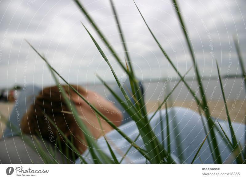Am Strand liegen... Frau Mensch Himmel blau Wasser Meer Sommer Strand Wolken Haus Farbe Erholung dunkel Holz Gras Sand
