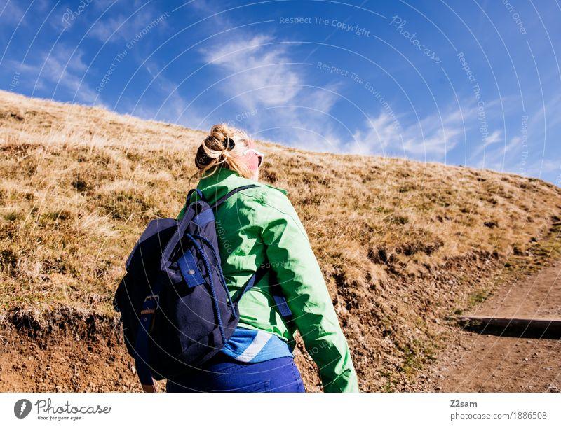 Auf, Auf! Abenteuer Berge u. Gebirge wandern Sport Junge Frau Jugendliche 18-30 Jahre Erwachsene Natur Herbst Schönes Wetter Wiese Alpen Trainingsjacke