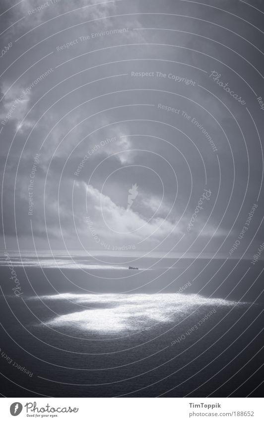 Ein Schiff wird kommen I Wasser Einsamkeit Wasserfahrzeug Schifffahrt Meer Sonne Sonnenstrahlen verloren Traurigkeit Wolken bedrohlich Unwetter Sturm Gewitter