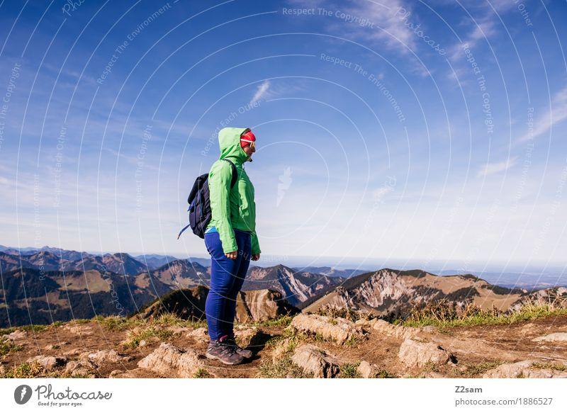 OBEN Natur Jugendliche blau grün Junge Frau Landschaft Erholung Einsamkeit ruhig Ferne Berge u. Gebirge Erwachsene Herbst Sport Freiheit Horizont