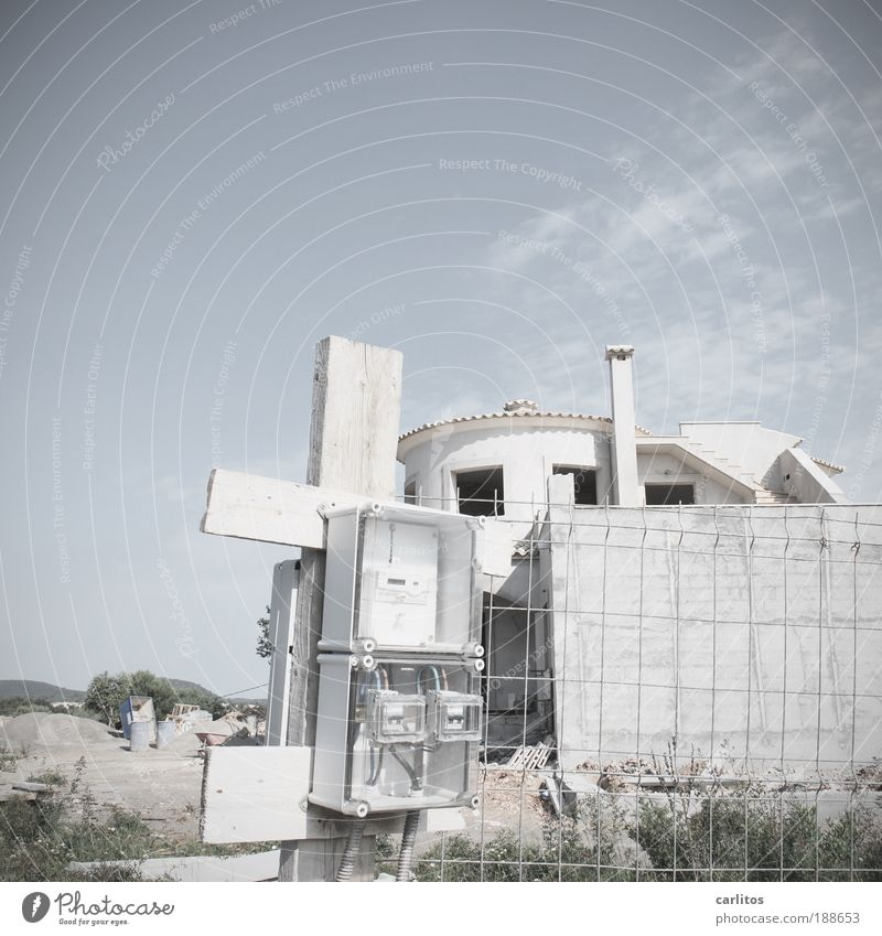 Neub(l)auvilla Handwerker Baustelle Arbeitslosigkeit Feierabend Kabel Stromzähler Sicherungskasten Einfamilienhaus Traumhaus Bauwerk Mauer Wand Treppe Dach