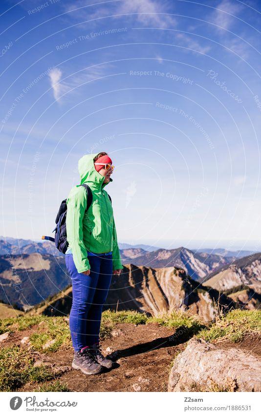 Gipfelstürmerin Natur Jugendliche grün Junge Frau Landschaft Erholung ruhig 18-30 Jahre Berge u. Gebirge Erwachsene Herbst Sport Freiheit Felsen