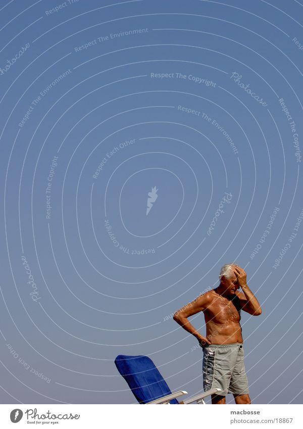 Alter Mann in Spanien Himmel Sonne Graffiti Senior Stil Haut Platz Liege Männlicher Senior Sonnenbad Liegestuhl Verlauf Anschnitt Vorgesetzter