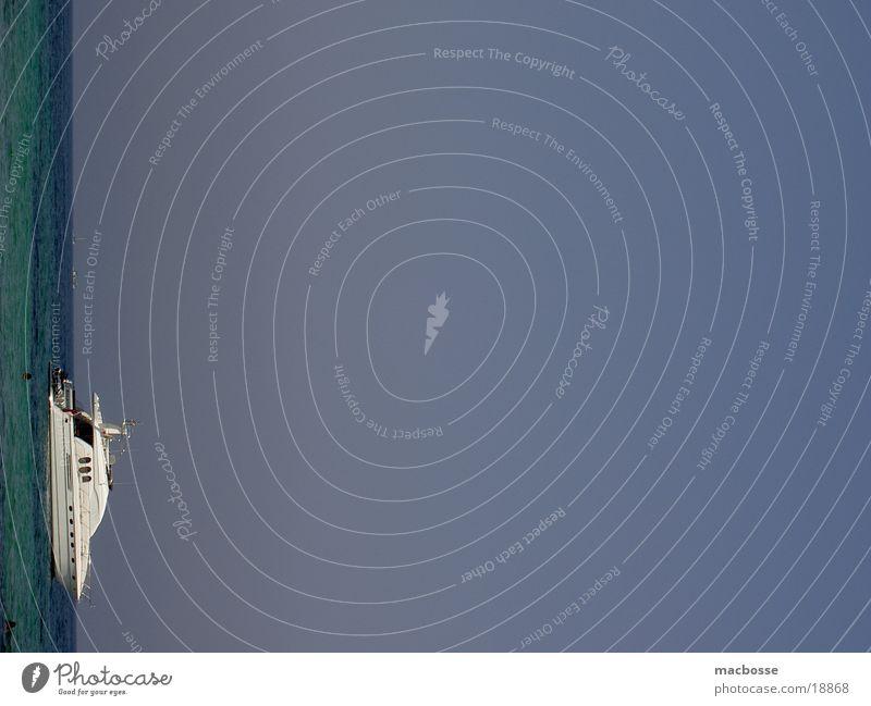 Yacht am Horizont Wasser Himmel weiß Sonne Meer blau Sommer Wolken Wärme Wasserfahrzeug Graffiti Physik Spanien Motor Segel Segelboot