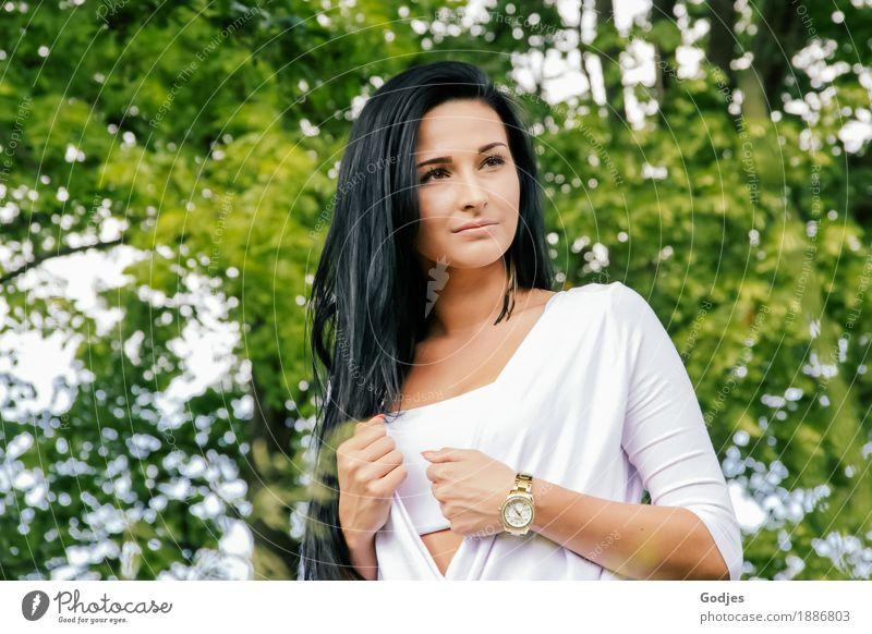Summertime Mensch Natur Jugendliche Sommer grün Junge Frau weiß Baum Erotik 18-30 Jahre Erwachsene feminin Park Zufriedenheit ästhetisch Schönes Wetter