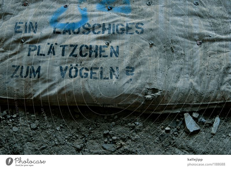 vogelperspektive Graffiti Kunst Paar Häusliches Leben dreckig Schriftzeichen Sex weich kaputt Bett Sitzung Fragen Text kuschlig Straßenkunst Verabredung