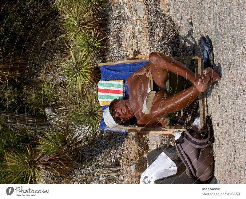 Alter Mann im Liegestuhl Himmel Wasser Sonne Meer Strand Graffiti nackt Senior Stil braun Haut Platz Bekleidung Hut