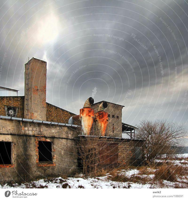 Olle DDR alt Himmel Winter Haus Wolken Einsamkeit Schnee Wand Fenster Gras Stein Mauer Gebäude Metall Architektur
