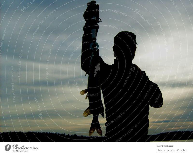 2 tolle Hechte Angeln maskulin Mann Erwachsene 1 Mensch Himmel Wolken Seeufer Mütze Tier Totes Tier Fisch fangen festhalten Gedeckte Farben Außenaufnahme