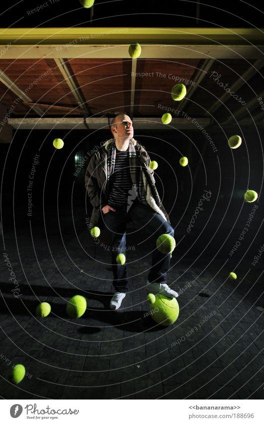 got big balls Mann gelb Sport Bewegung Mensch Beleuchtung Aktion Industrie abstrakt bedrohlich Ball stoppen Unendlichkeit Weltall chaotisch Überraschung