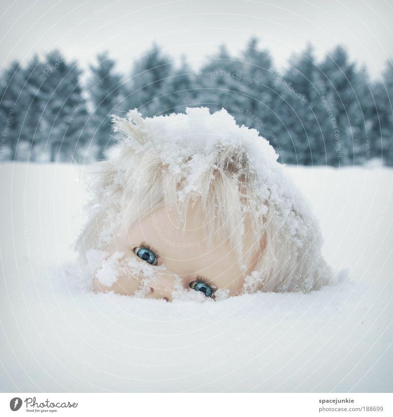 Daisy Natur Landschaft Unwetter Eis Frost Schnee Baum Hügel Puppe beobachten dunkel gruselig kalt verrückt Schmerz Angst skurril Surrealismus Trauer