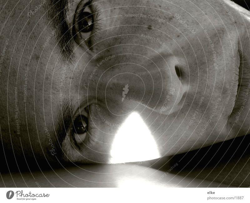die sonne kitzelt Mann Gesicht Auge
