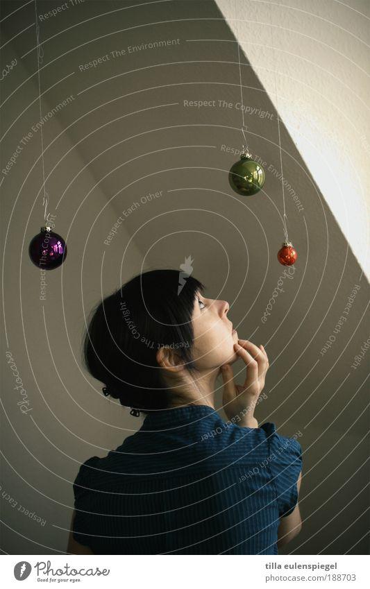Den Weihnachtsschmuck könnte man auch langsam abhängen... Frau Mensch Weihnachten & Advent Jugendliche ruhig Einsamkeit feminin Stil Erwachsene Wohnung Ordnung