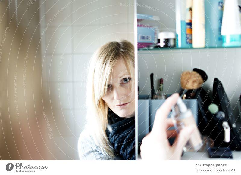spieglein, spieglein... Mensch Jugendliche schön Gesicht feminin blond Erwachsene elegant Frau Bad Porträt Spiegel natürlich Fliesen u. Kacheln Schminke