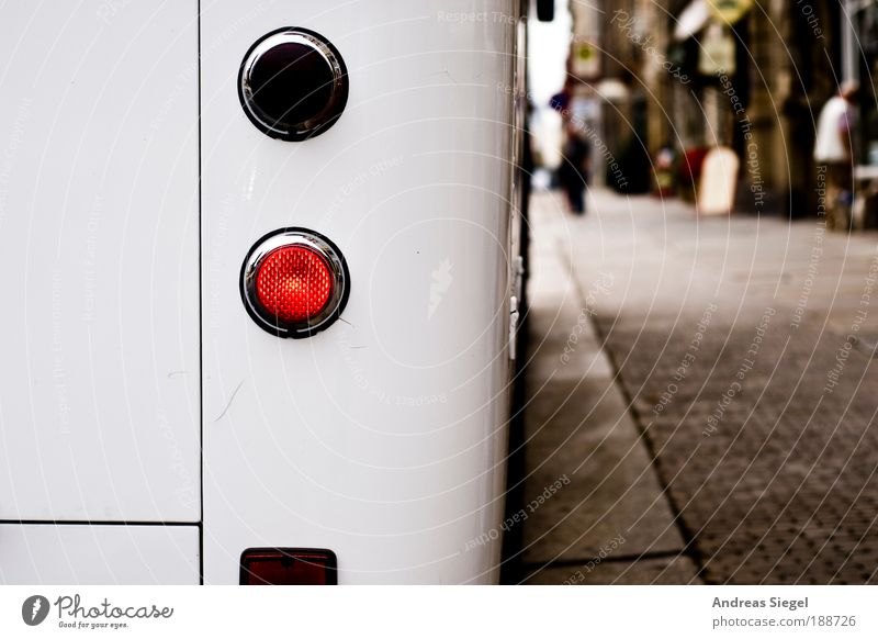 Ankommen/Abfahren Mensch Stadt Haus Straße Leben Wege & Pfade Stimmung Verkehr Ausflug Tourismus Güterverkehr & Logistik authentisch Sachsen Dresden Lebensfreude Bürgersteig
