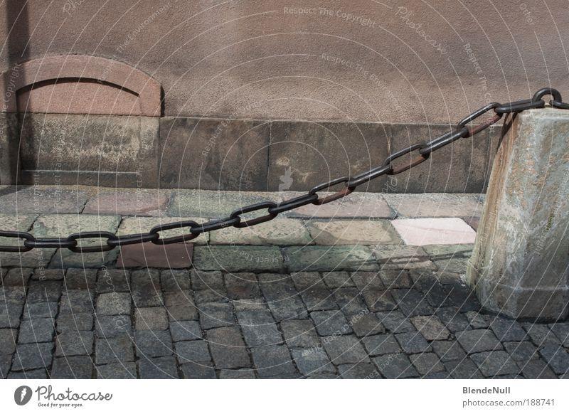 shaped stones Stadt Hafenstadt Menschenleer Platz Marktplatz Rathaus Mauer Wand Straße Wege & Pfade Stein Metall alt authentisch fest skurril Kette massiv