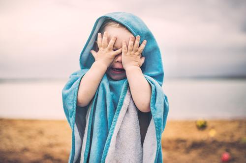 Verstecken Schwimmen & Baden Spielen Ferien & Urlaub & Reisen Sommer Strand Mensch maskulin Kleinkind Junge Kindheit Hand Finger 1 1-3 Jahre Sand Wasser Himmel