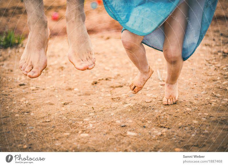 summer fun Mensch Natur blau Sommer Freude Strand Erwachsene Wärme Leben Gefühle Beine Junge Familie & Verwandtschaft Glück Fuß braun