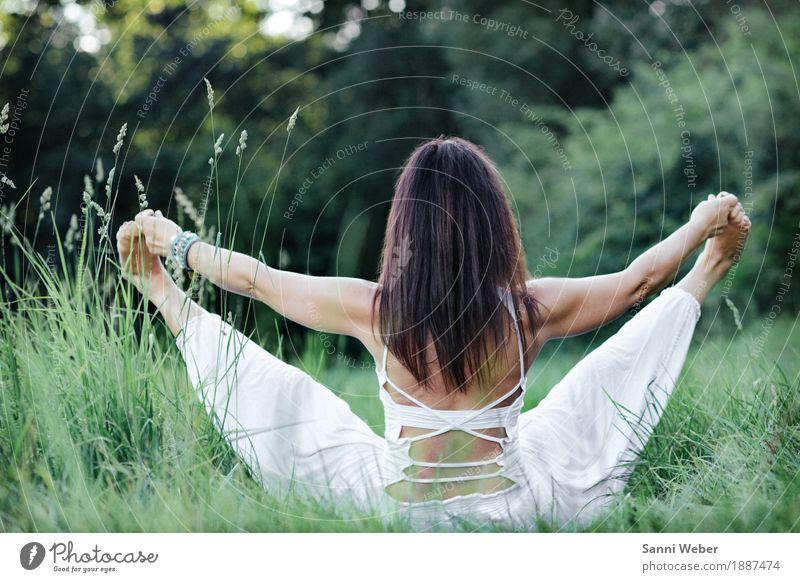 yoga pose Mensch Natur Jugendliche Sommer schön grün Junge Frau weiß Freude Wald Erwachsene Leben Lifestyle feminin Gesundheit Glück