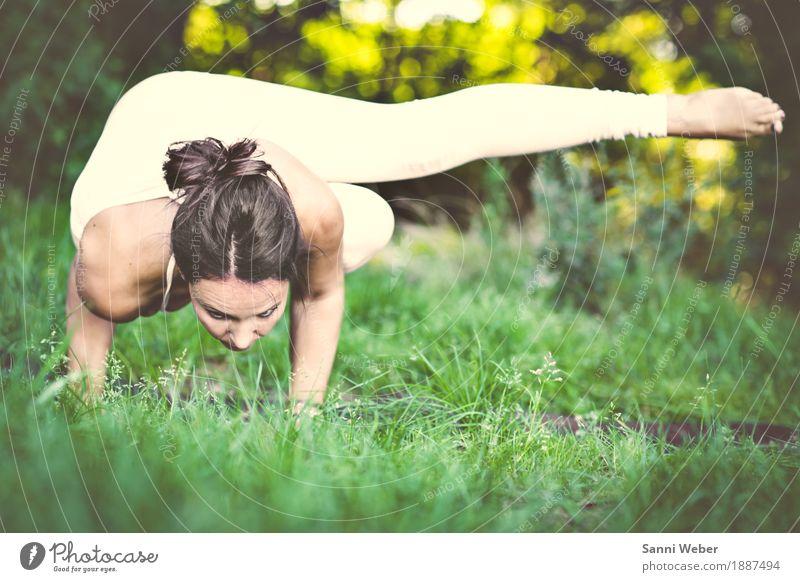 yoga pose Mensch Frau Natur Sommer grün weiß Wald Erwachsene Leben Wiese Lifestyle Bewegung Sport feminin Gesundheit Zufriedenheit