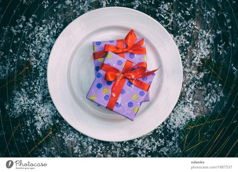 Platte mit einem Geschenk auf einer grauen Holzoberfläche alt Weihnachten & Advent weiß rot Speise Schnee Feste & Feiern oben Dekoration & Verzierung retro