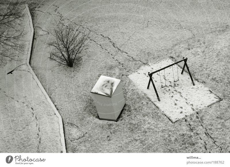der treffpunkt Winter Klima Eis Frost Schnee Sträucher Wiese Menschenleer Spielplatz Schaukel Schneedecke grau kalt Fußspur Gestrüpp Neuschnee Treffpunkt