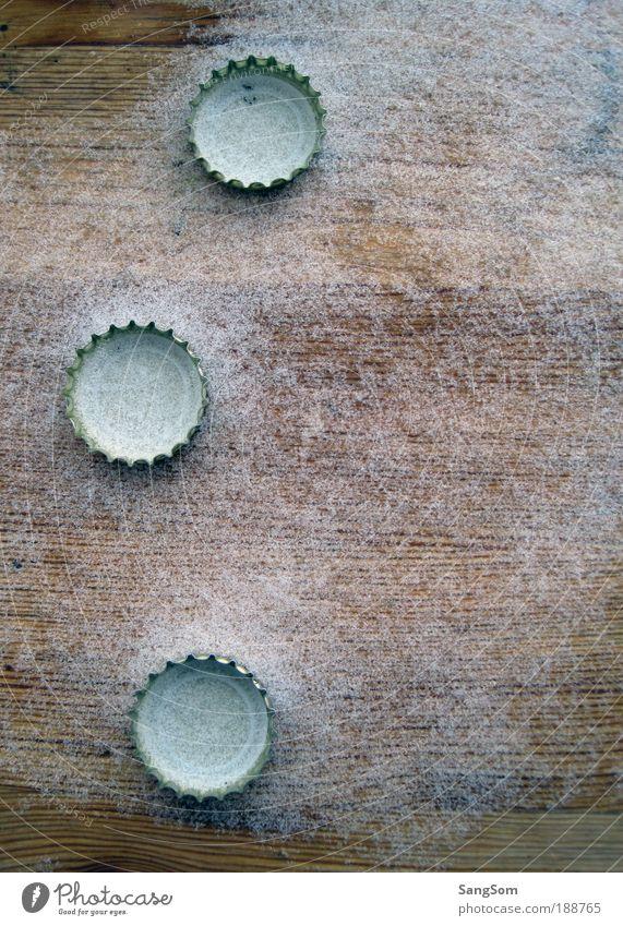 drei von der Tankstelle Winter kalt Schnee Holz Metall Linie Tisch Dekoration & Verzierung Bier Sammlung Flaschenverschluss 3 Feierabend Holztisch Verschluss
