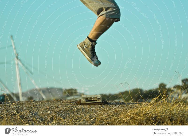 springen und die Welt gehört dir..... Gesäß Beine 1 Mensch Radiogerät Kassettenspieler Natur Erde Schuhe Turnschuh Farbfoto Außenaufnahme Abend Tag
