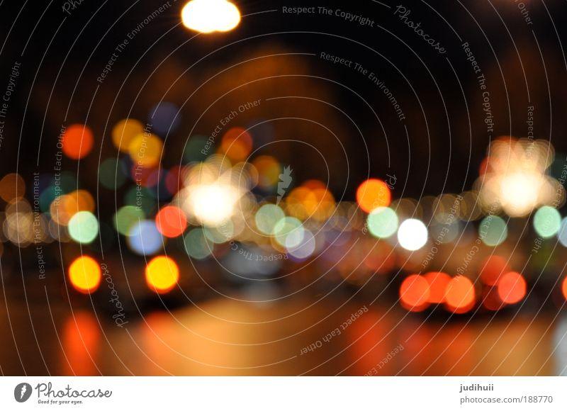 Leuchtende Kinderaugen blau grün Stadt rot Farbe gelb Straße Spielen Glück träumen Lampe leuchten beobachten Warmherzigkeit Punkt Jahrmarkt