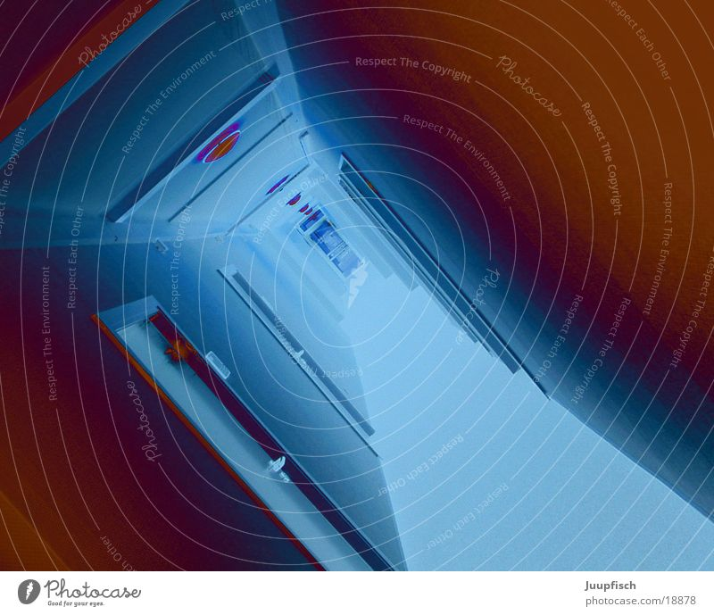 Wohin Finanzamt irre Flur Licht Tür skurril Neigung leuchtende Farben Eingangstür Gang viele lang Menschenleer Zentralperspektive blau-rot Farbfoto