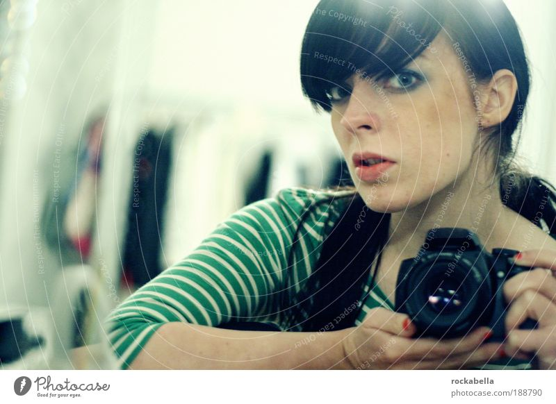 mrs. brightside Jugendliche Frau feminin Aktion Erwachsene Blick Porträt Coolness Freizeit & Hobby Fotokamera beobachten einzigartig Fotografieren Pony