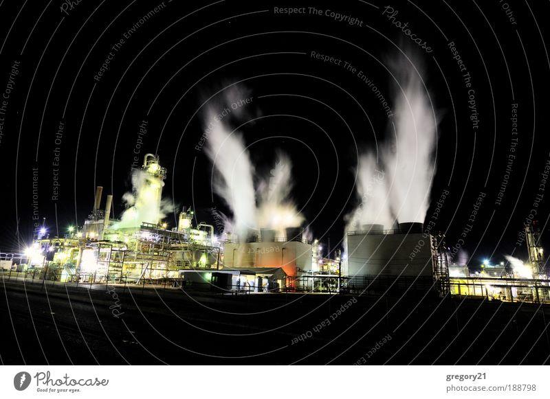 Industrieanlage bei Nacht Technik & Technologie Umwelt Landschaft Pflanze Luft Himmel Stadtrand Fabrik Gebäude Schornstein Stahl Erdöl dunkel schwarz weiß
