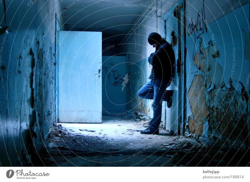 blaue stunde Mensch Mann blau Winter Haus Erwachsene kalt Leben Schnee Innenarchitektur Raum Tür Wohnung warten maskulin stehen