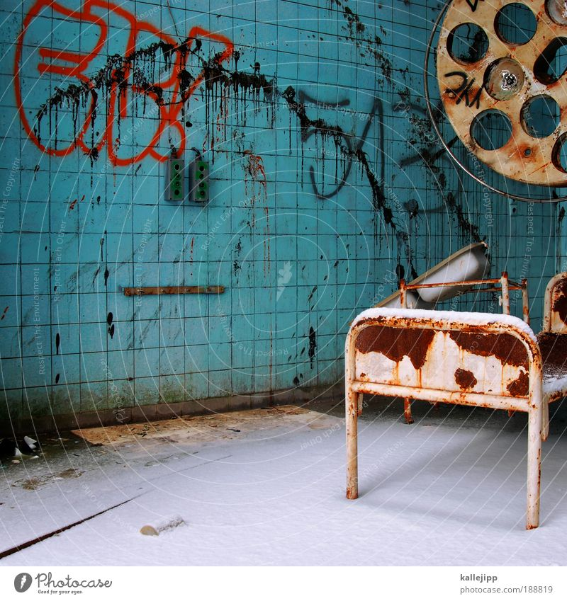 schneedecke alt Graffiti Lampe Beleuchtung dreckig Gesundheitswesen kaputt Vergänglichkeit verfallen Fliesen u. Kacheln Verfall Rost Krankenhaus schäbig bizarr Ruine