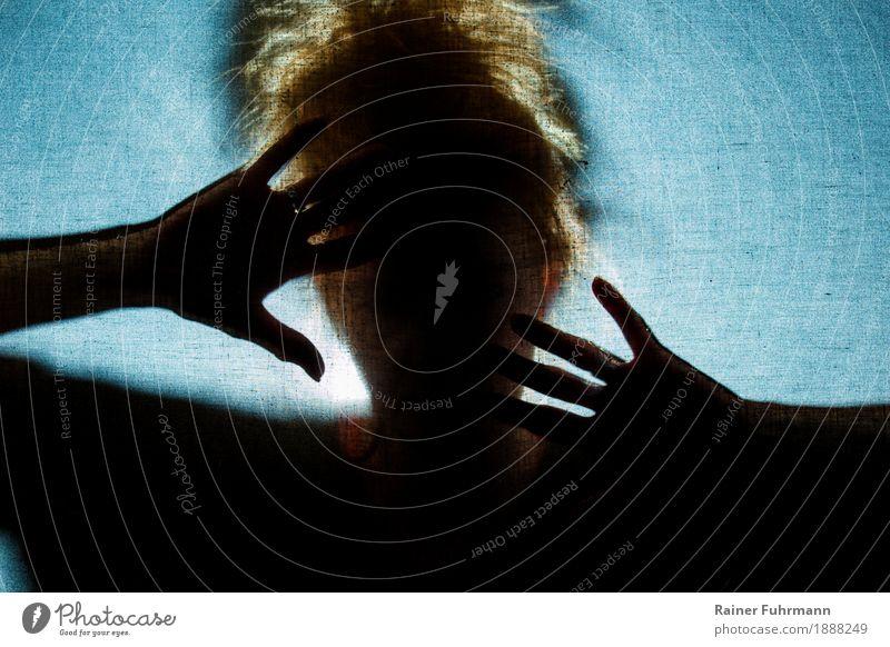 """Gewalt in der Ehe Mensch feminin Frau Erwachsene Kopf 1 weinen Aggression bedrohlich Wut gereizt Angst Traurigkeit """"Furcht Hände schützen schlagen,"""" Farbfoto"""