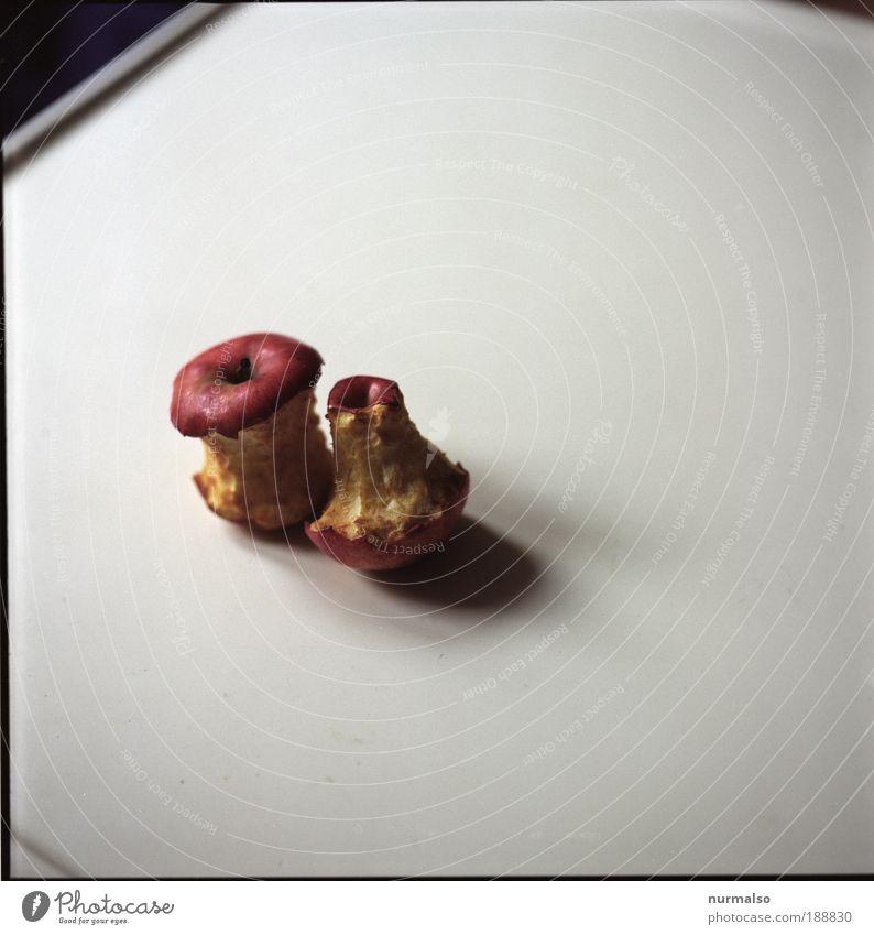 abgegessen 1 Natur alt Garten Kunst liegen Lebensmittel authentisch Ernährung Apfel Zeichen Übergewicht skurril Reichtum Bioprodukte bizarr Surrealismus
