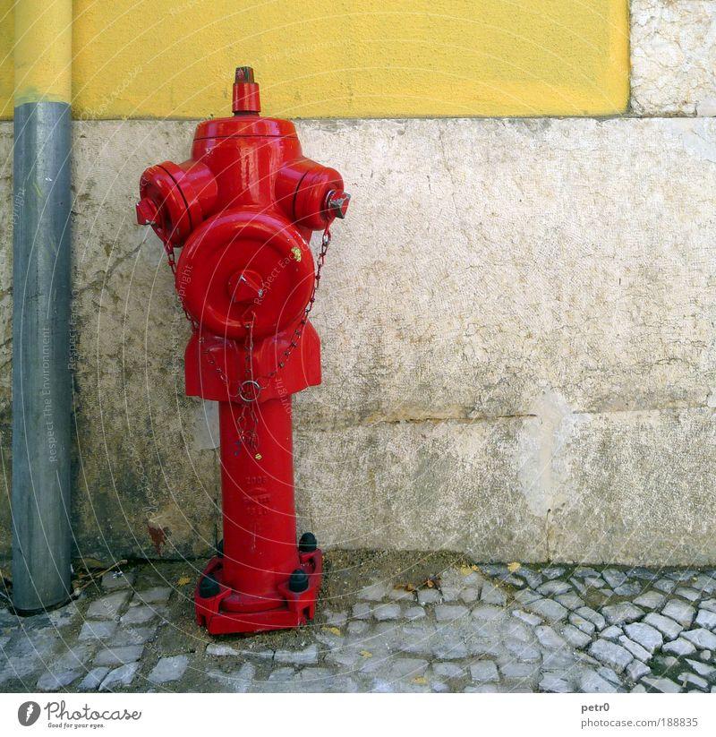 The burning red Stadt Hafenstadt Altstadt Mauer Wand Straße rot Sicherheit Hydrant Feuerwehr Pflastersteine Kopfsteinpflaster Fallrohr dreckig Schraube Kette