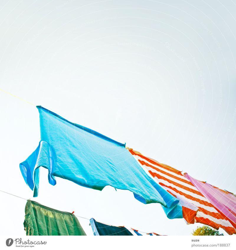 30° Buntwäsche Duft Häusliches Leben Himmel Schönes Wetter Bekleidung T-Shirt Hose Streifen hängen Wäsche Wäscheleine Waschtag trocknen frisch Wäscheplatz