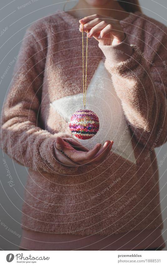 Junges Mädchen, das ihren handgemachten bunten Weihnachtsball genießt Lifestyle Dekoration & Verzierung Feste & Feiern Weihnachten & Advent Mensch Jugendliche 1