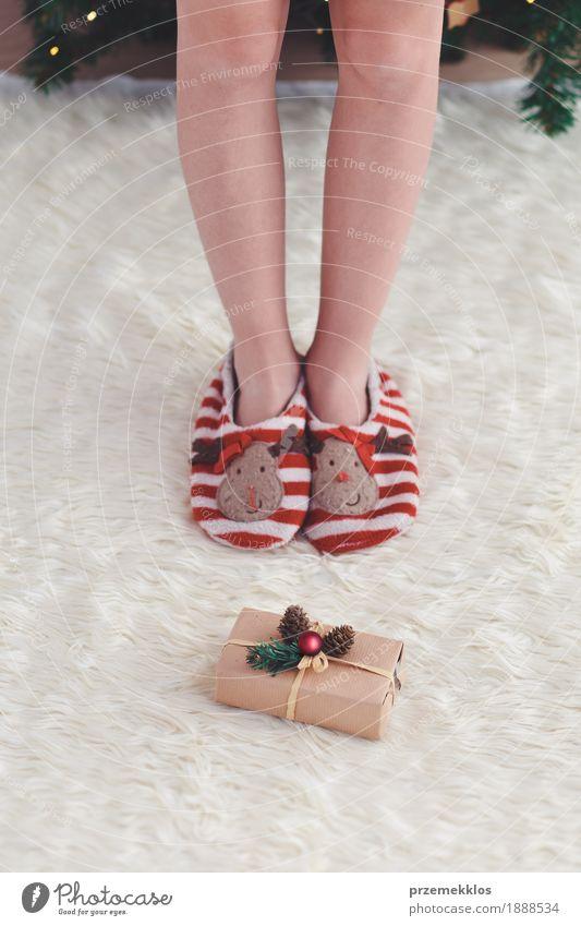 Bereitstehendes Weihnachtsgeschenk des Mädchens setzte nahen Baum Lifestyle Feste & Feiern Weihnachten & Advent Kind Mensch Beine 1 Kleid rot anonym Teppich