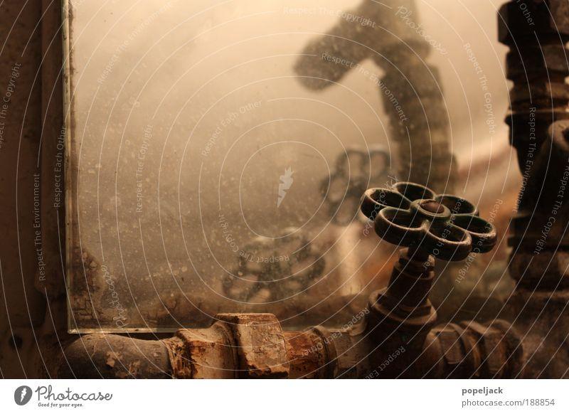 Hahn Spiegel Stahl Rost alt authentisch dreckig retro braun ruhig Kontrolle Wasserhahn Fleck Gedeckte Farben Innenaufnahme Detailaufnahme Strukturen & Formen
