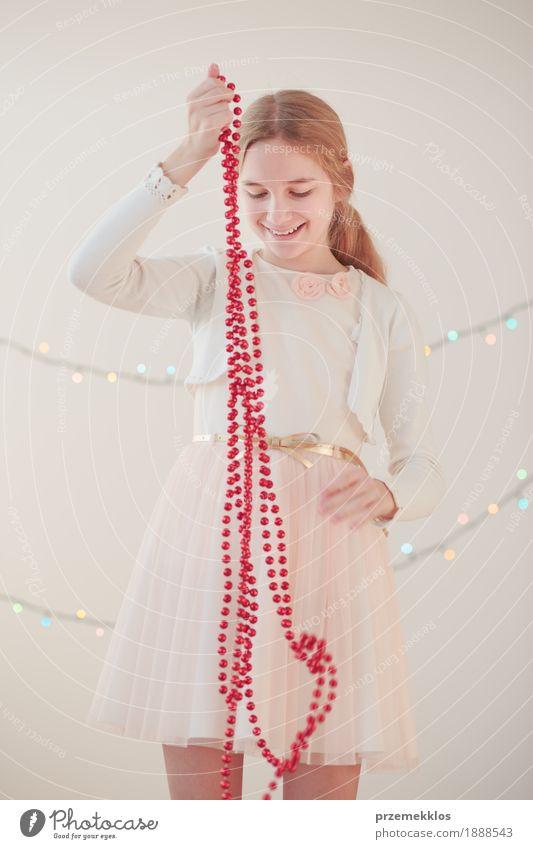Portrait des jungen Mädchens rote Weihnachtsdekorationen auspackend Lifestyle Freude Glück Dekoration & Verzierung Feste & Feiern Weihnachten & Advent Mensch