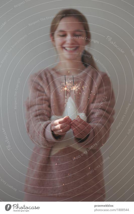 Junges lächelndes Mädchen, welches das neue Jahr hält Wunderkerzen feiert Lifestyle Freude Glück Feste & Feiern Weihnachten & Advent Silvester u. Neujahr Mensch